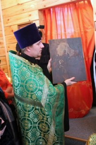 Настоятель храма отец Владимир с иконой «Успение»